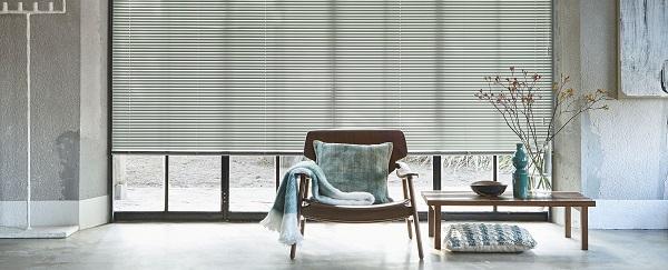 in een modern interieur is het mooi om te kiezen voor aluminium jaloezien omdat dit de strakke lijnen van een modern interieur ten goede komt