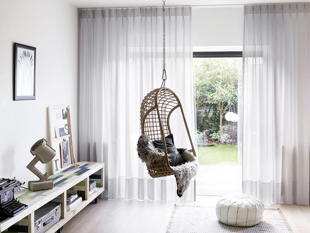 https://cdn.inhuisplaza.nl/media/sfeer_fotos/762_bohemian_gordijnen/hangstoel%20transparant%20gordijn.jpg
